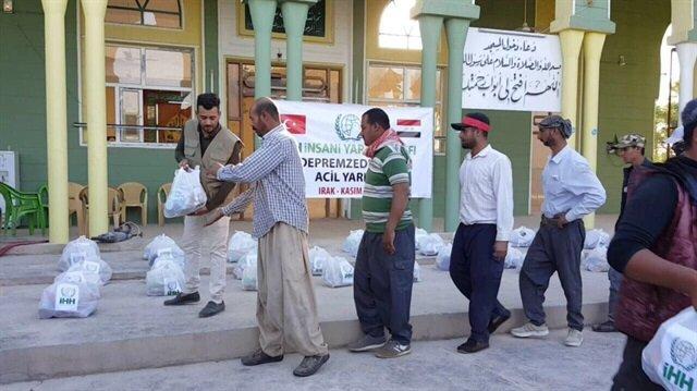İHH ekipleri, depremzedelere yardım malzemesi dağıttı
