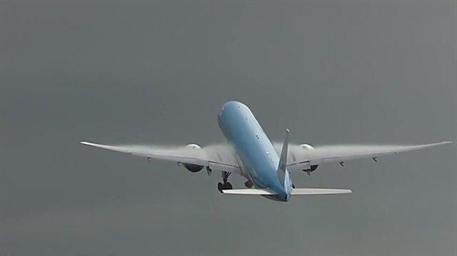 Yüzlerce yolcu taşıyan uçağa yıldırım böyle çarptı!