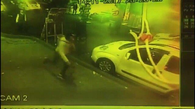 Fatih'te gece saatlerinde cadde ortasında yaşanan silahlı saldırıda biri İran uyruklu, 2 kişi ağır yaralandı.