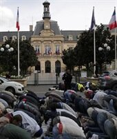 Fransa'da sokakta namaz kılınması engellenecek