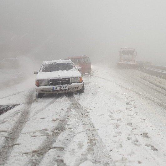Yolları kar kapladı araçlar kenara çekti