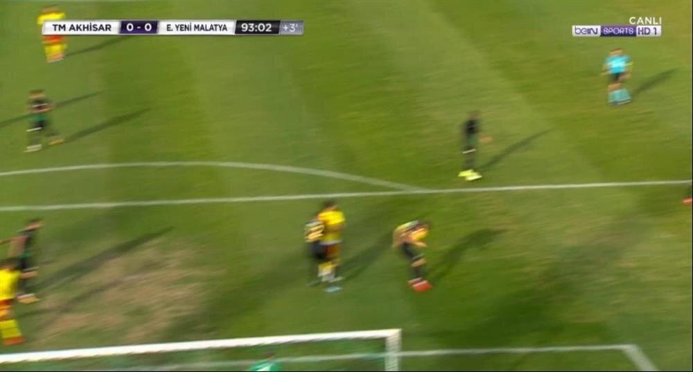 Kafasından seken topun Caner'in açık olan eline çarptığı an. (Görüntü Bein Sports'tan alınmıştır.)