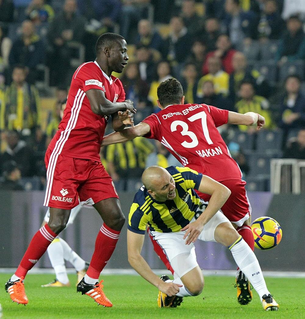 Merkez orta sahada görev alan N'Dinga bu sezon Sivaasspor formasıyla 9 maça çıktı. Kongolu oyucu bu maçlarda 1 kırmızı kart gördü.