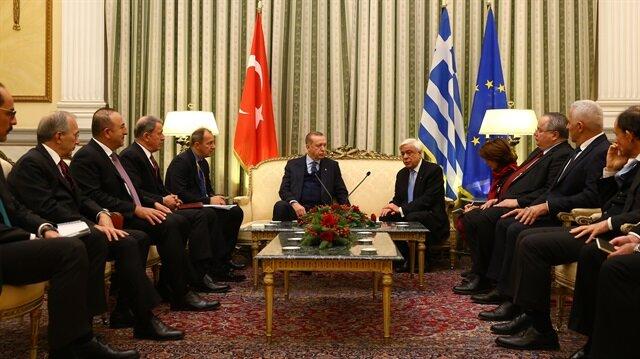 أردوغان يصل أثينا في أول زيارة من نوعها منذ 65 عامًا