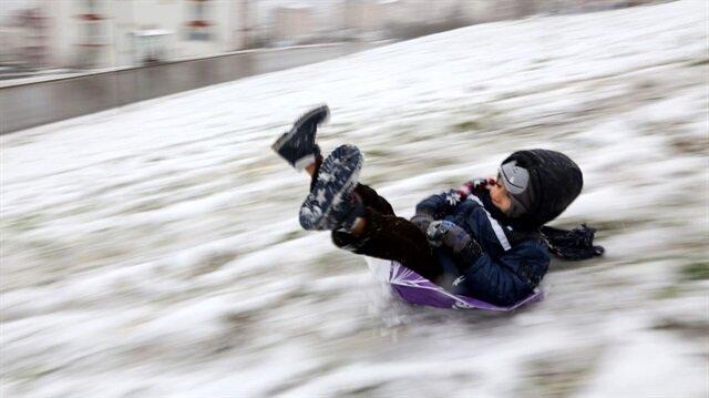 Yoğun kar yağışları nedeniyle 6 ilde okullar tatil edildi.