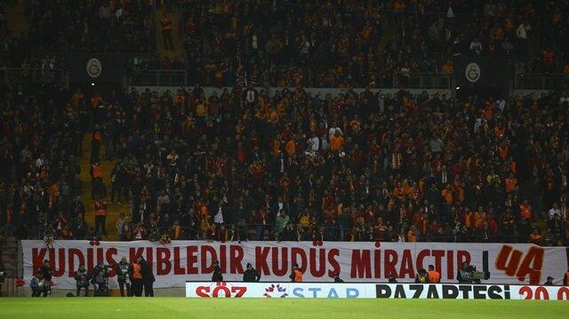 Turkish footballers display pro-Palestine banners