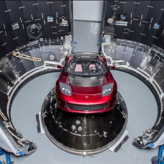 Elon Musk Mars'a göndereceği Tesla'nın fotoğrafını paylaştı