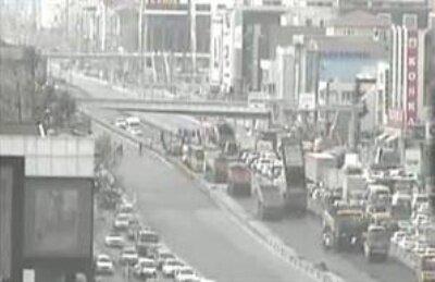 Kamyon üst geçide çarptı, E-5 trafiğe kapatıldı