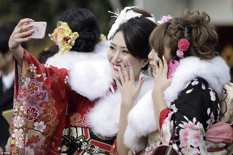 Kimonolu Japon kadınlar metroları bastı!