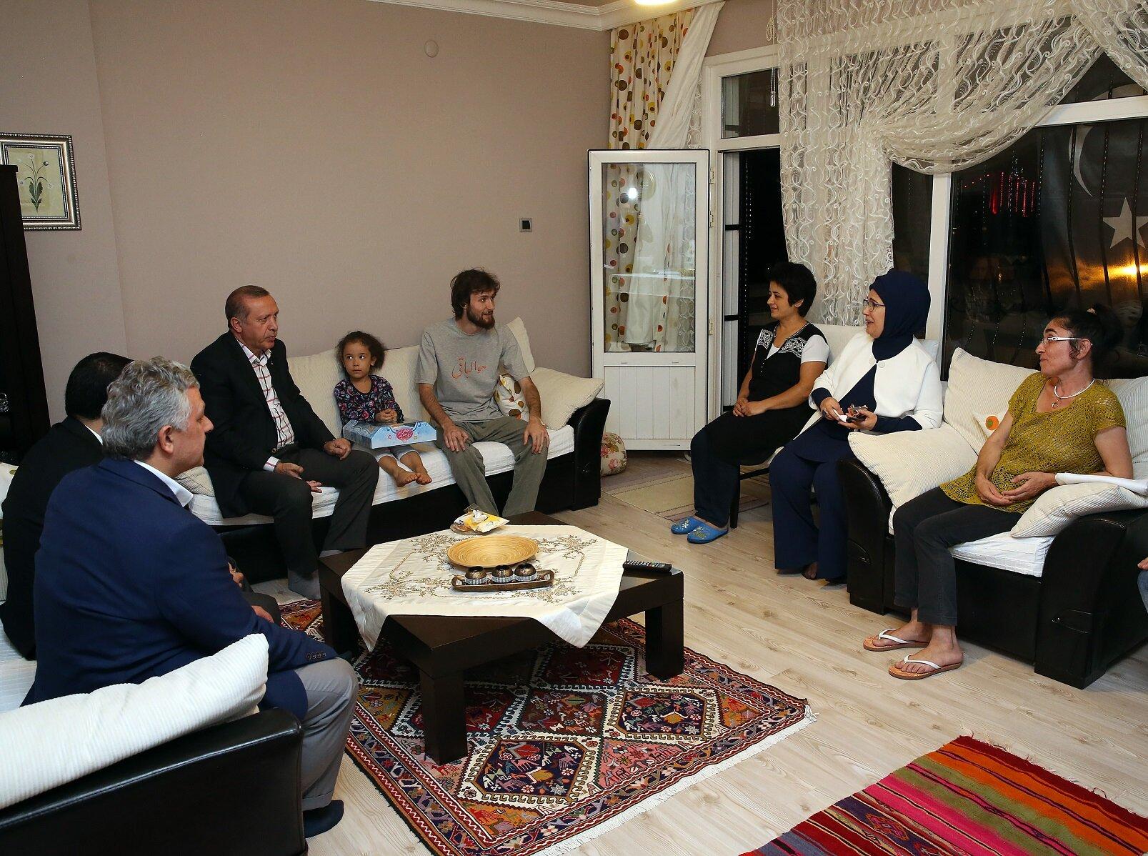Cumhurbaşkanı Recep Tayyip Erdoğan eşi Emine Erdoğan'ın da eşlik ettiği ziyarette Mustafa Cambaz ailesine tekrar taziye dileyip bayramlarını kutladı.