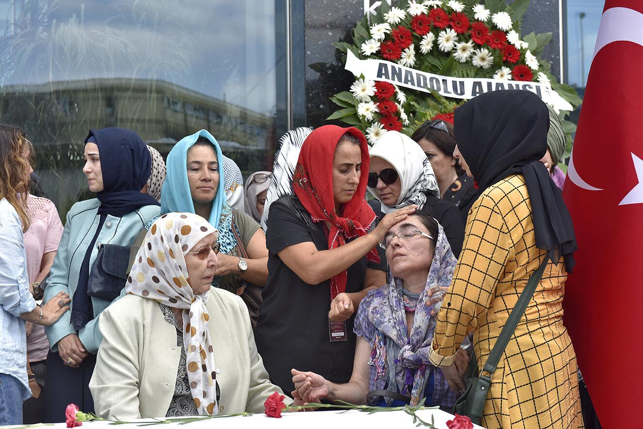 Cambaz'ın çalışma arkadaşları tören esnasında fenalaşan şehidin eşini sakinleştirmeye çalıştı.