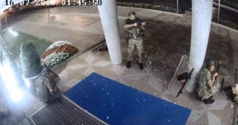 Darbeci asker vatandaşlara ateş açıyor.
