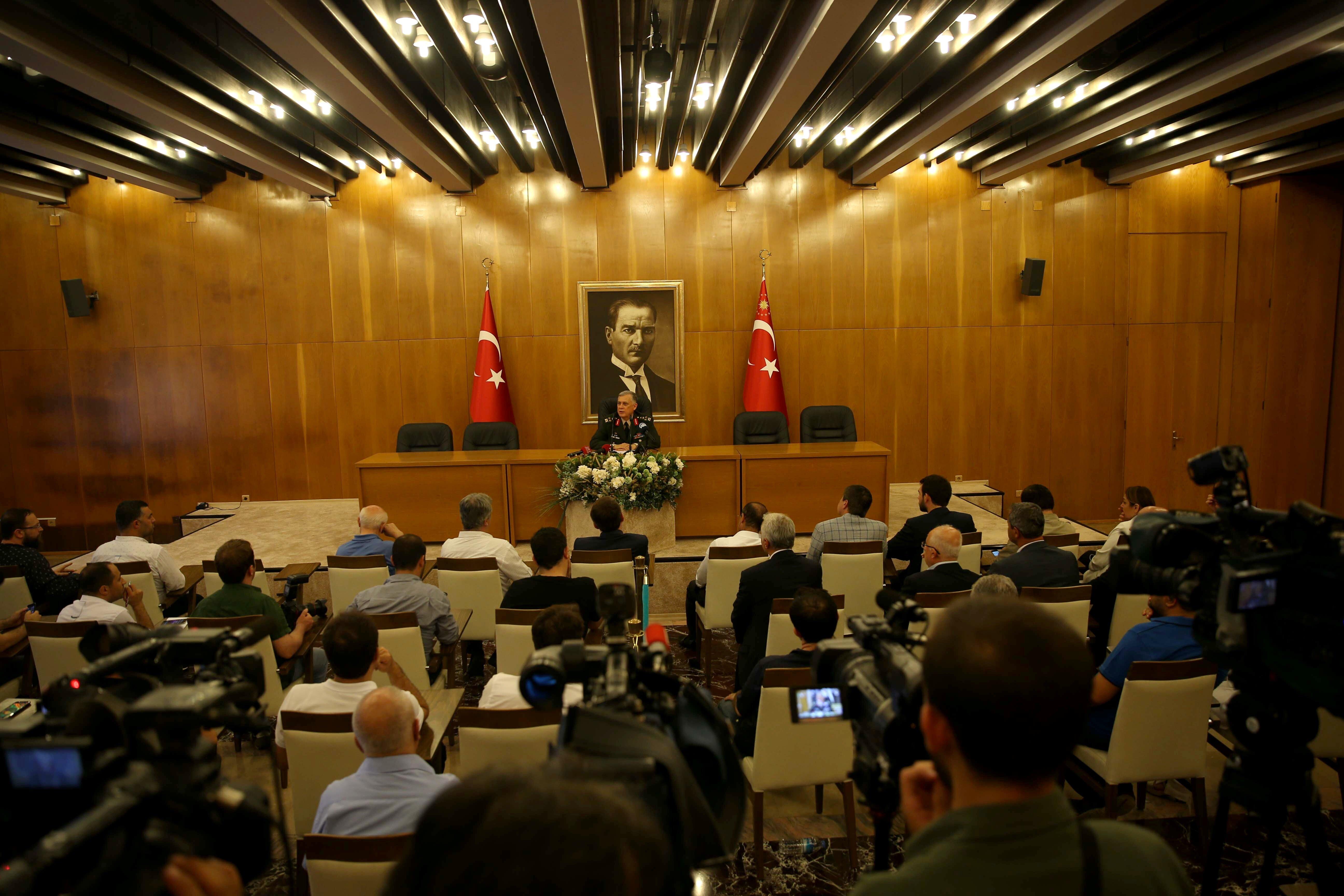 Genelkurmay Başkan Vekili Orgeneral Ümit Dündar, Atatürk Havalimanı Devlet Konuk Evi'nde basın toplantısı düzenledi.