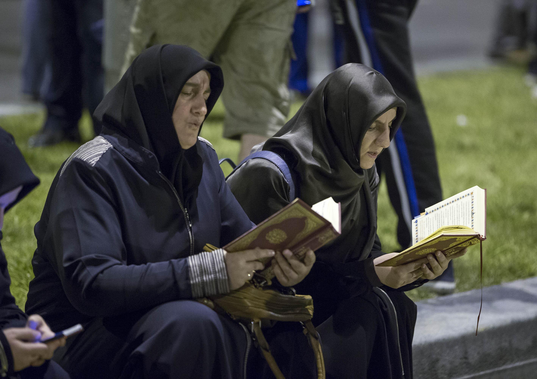 Külliye önünde Kur'an okuyan vatandaşlar.