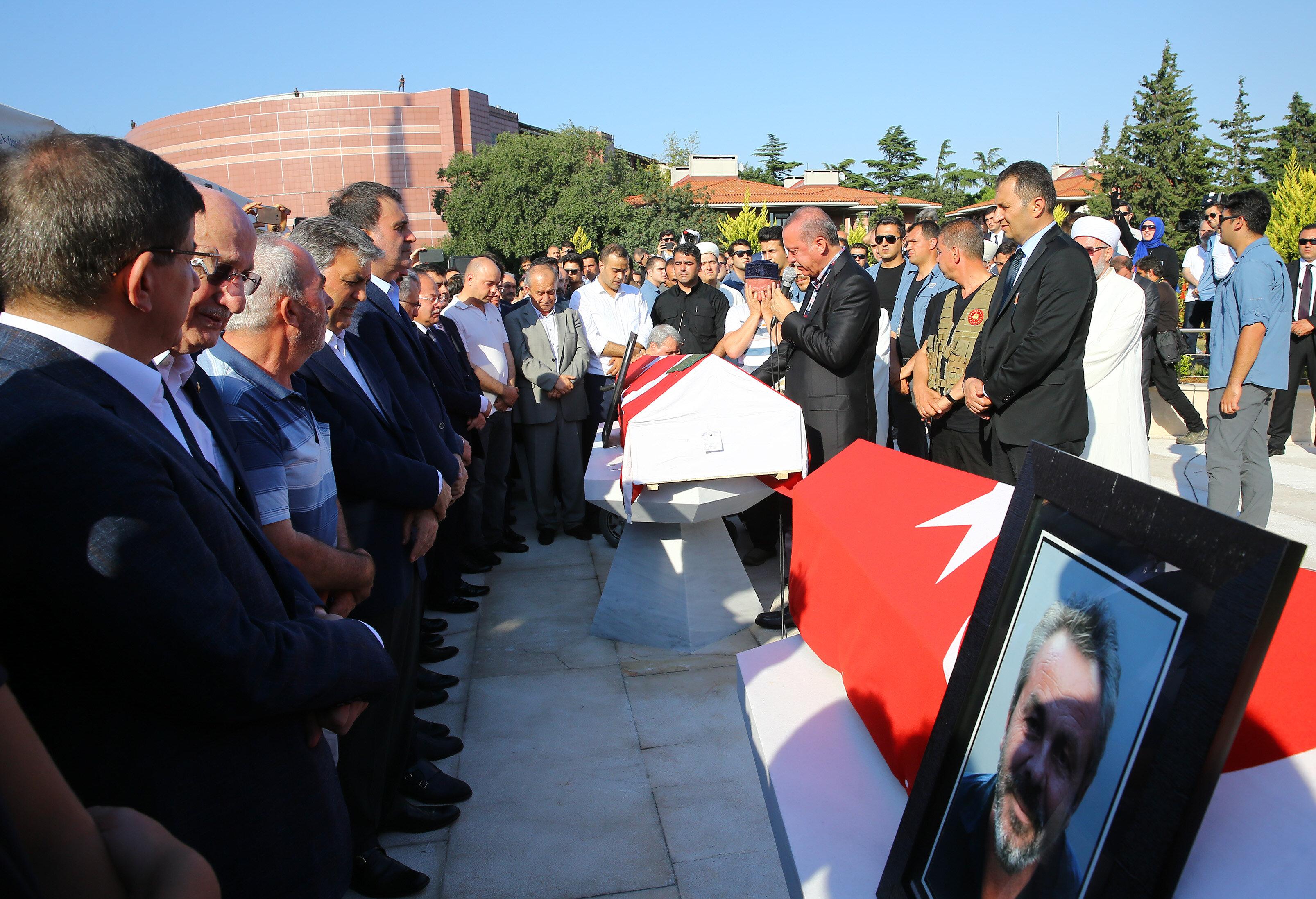 15 Temmuz şehitleri Mustafa Cambaz, Erol Olçok ve Abdullah Tayyip Olçok'un cenaze namazı Marmara İlahiyat Fakültesi Camii'nde kılındı.