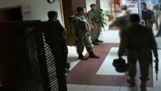 Darbeciler Diyarbakır adliye binasına zırhlı araçlarla girdiler