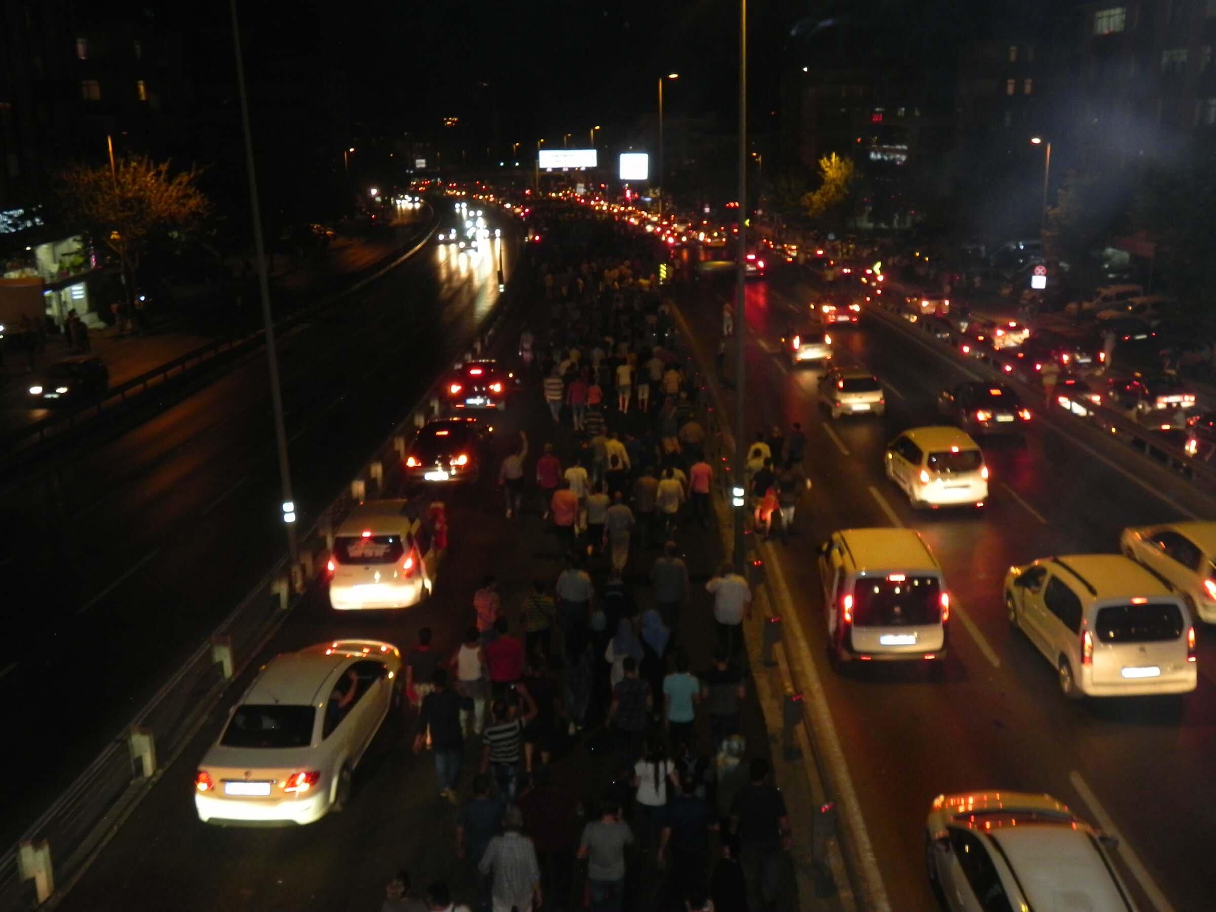 Atatürk Havalimanına doğru yürüyen binlerce kişi seferleri durdurulan metrobüslerle insan seli oluşturdu. Araçları olanlar da klaksiyonlarını çalarak yola çıktı.