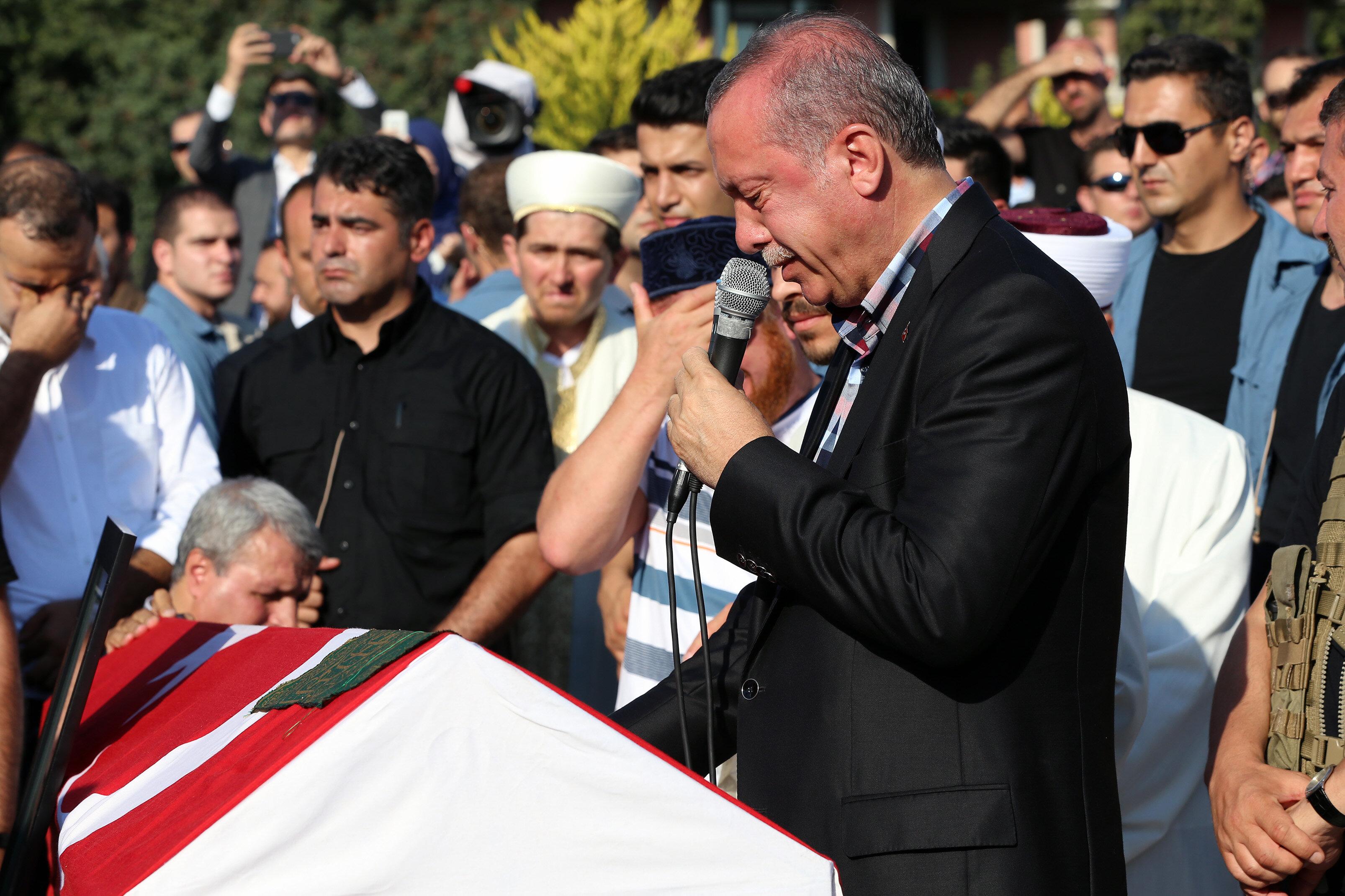 Cenaze namazından önce konuşma yapan Cumhurbaşkanı Erdoğan göz yaşlarını tutamadı.
