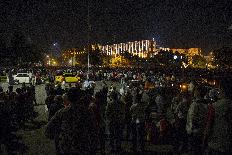 Genelkurmay Başkanlığı önünde toplanan vatandaşlara darbeciler tarafından ateş açıldı.