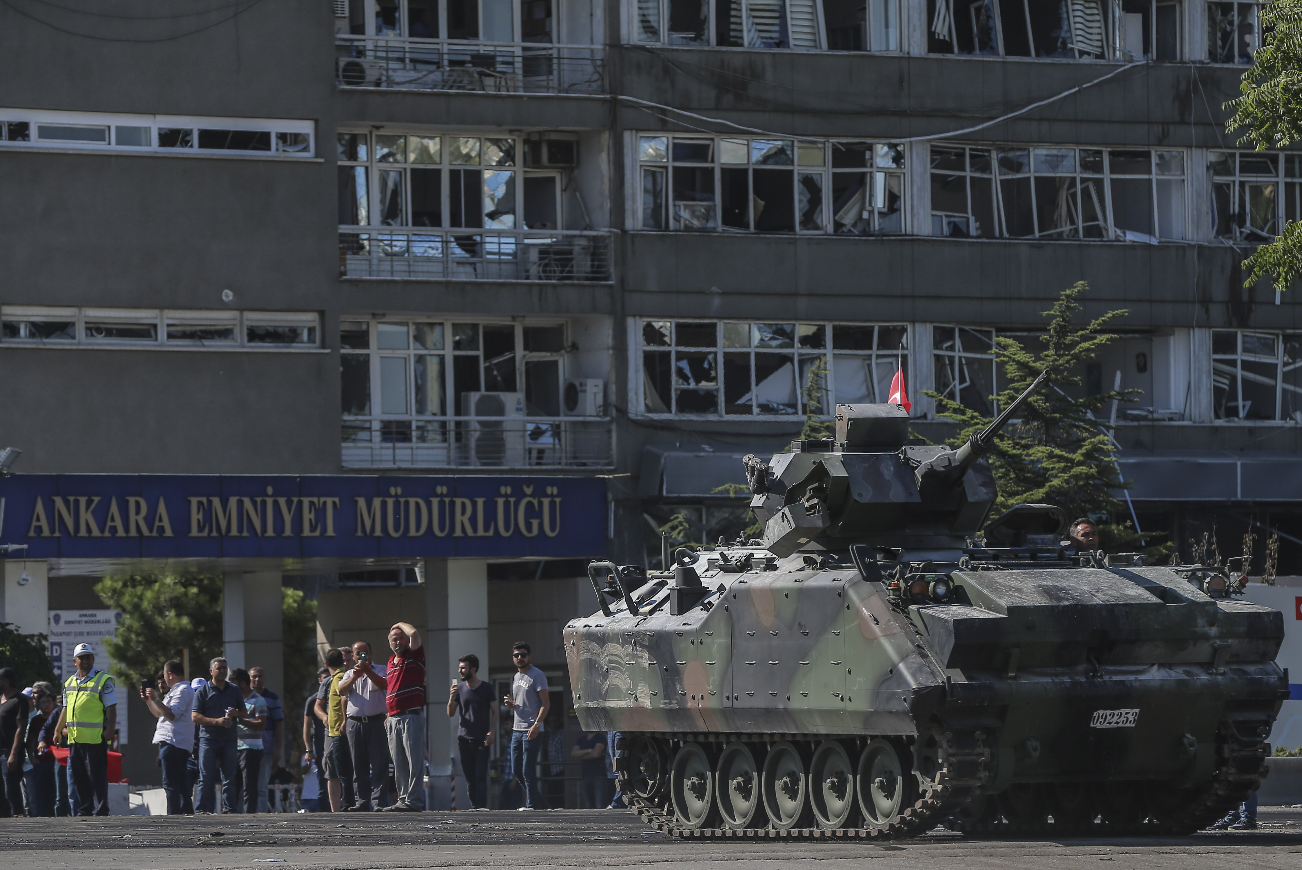 6	After the resistance, which continued until 5:13 a.m., six tanks under the control of coup soldiers were seized and the soldiers were taken into custody.