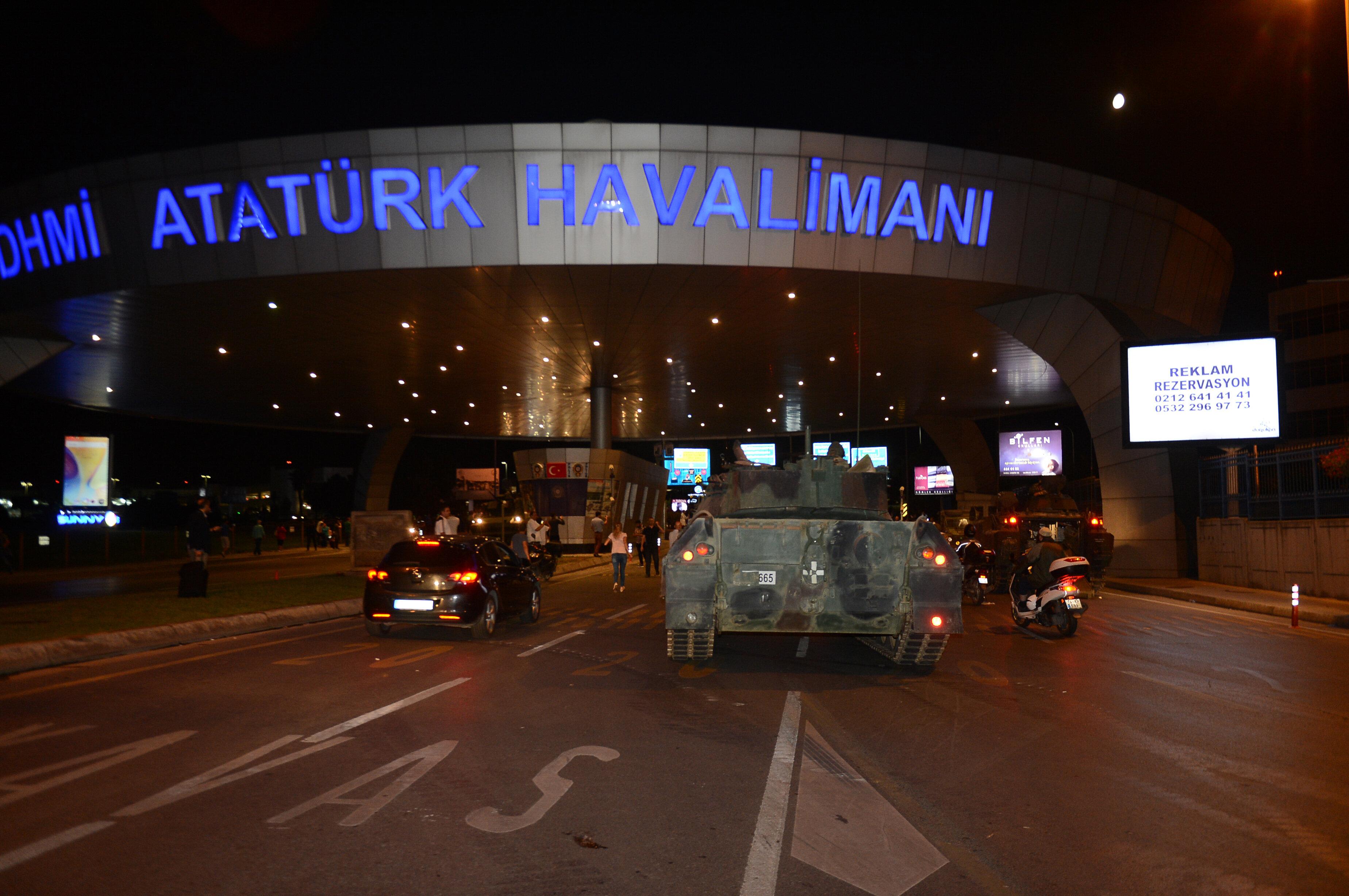 Havalimanı girişini kapatan zırhlı personel taşıyıcı.