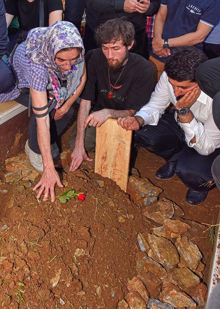 Cambaz'ın naaşı Çengelköy Mezarlığına defnedildi. Şehidin eşi, oğlu ve mesai arkadaşları kabri başında derin üzüntü yaşadı.