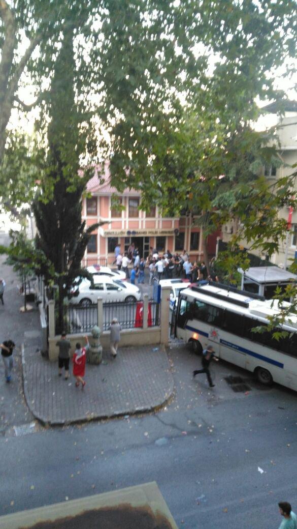 Bir grup asker tarafından gece saatlerinde ele geçirilmek istenen noktalardan biri olan Çengelköy Polis Merkezi polisin çabalarıyla teslim edilmezken, bir grup asker gözaltına alındı.
