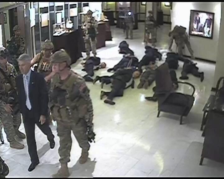 İçeri giren askerler yaptıkları arama sonrası Hava Kuvvetleri Komutanı Orgeneral Abidin Ünal ile bazı komuta kademesini rehin alıyor.
