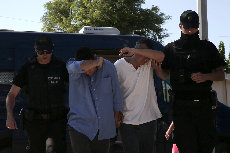 FETÖ'nün darbe girişiminin ardından Yunanistan'a kaçan 8 darbeci vatan haini asker, dava için Dedeağaç Mahkemesi'ne polis eşliğinde ve birbirine kelepçeli olarak getirildi.