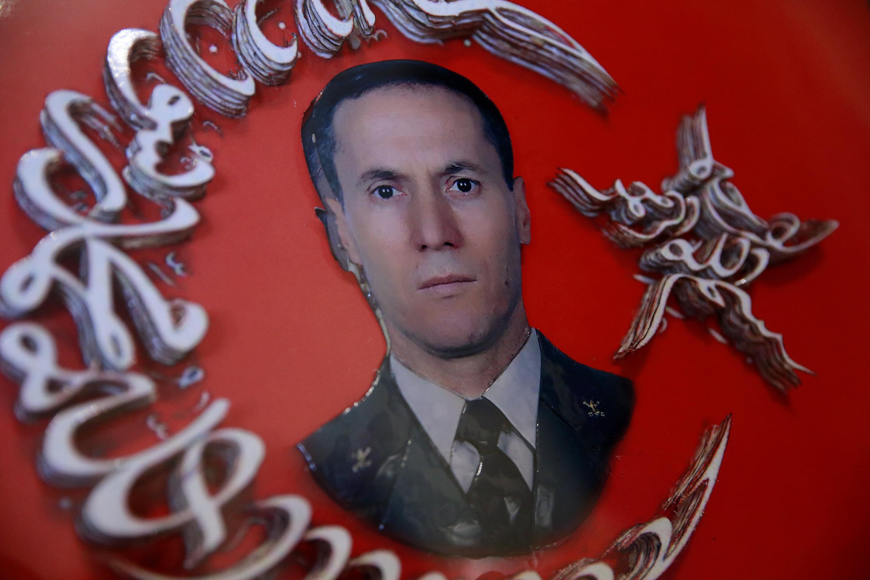 Fotoğrafta şehit olan Bülent Aydın adına yapılmış ay-yıldızlı bir hatırat tablo görülüyor.