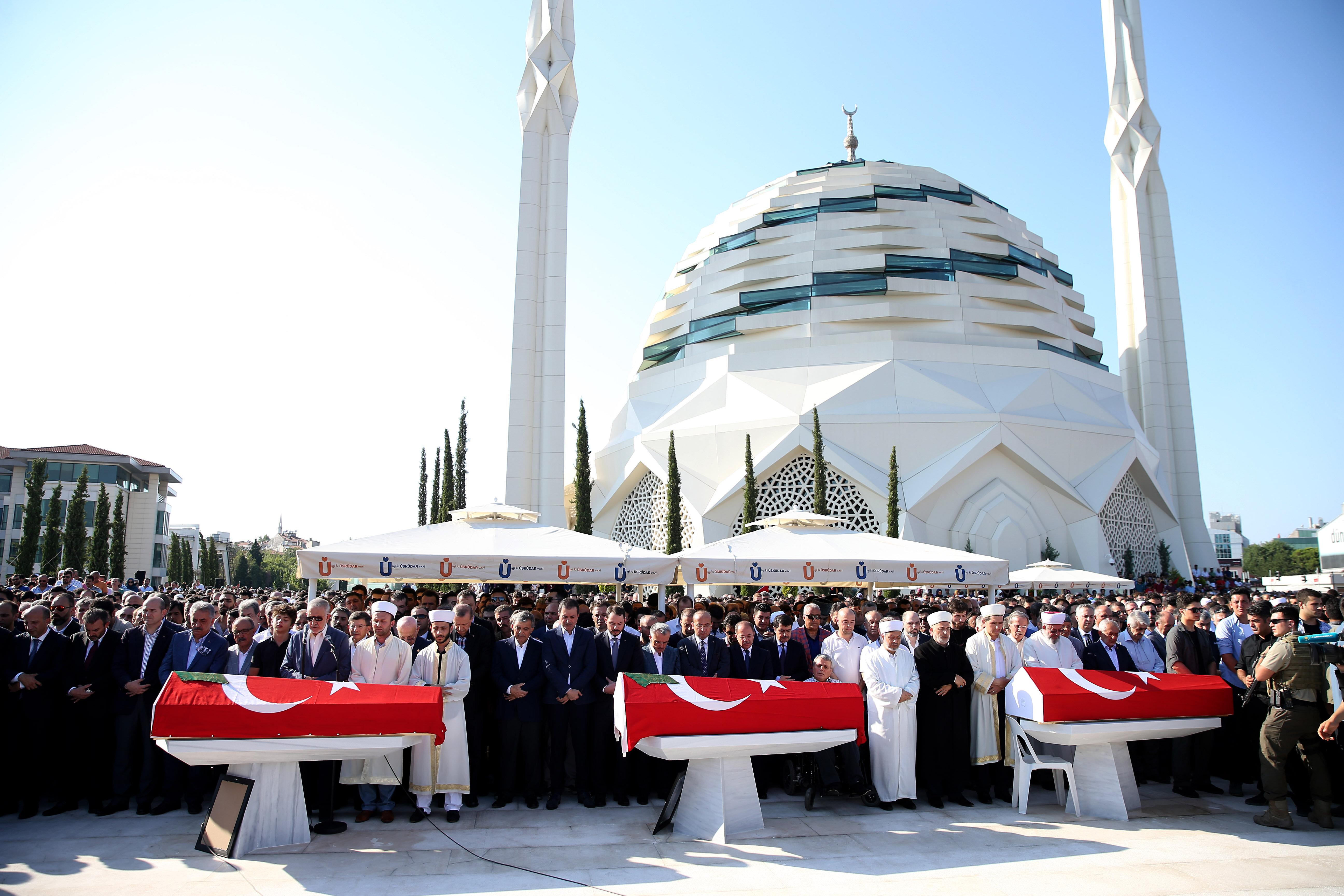 Cenaze törenine Cumhurbaşkanı Erdoğan, 11 Cumhurbaşkanı Abdullah Gül, bakanlar, milletvekilleri, mesai arkadaşları, yakınları ile çok sayıda vatandaş katıldı.