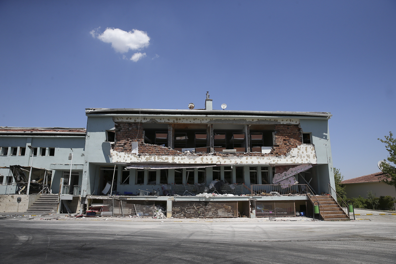 Havadan saldıran teröristler bombalarla binaları da yıktı.