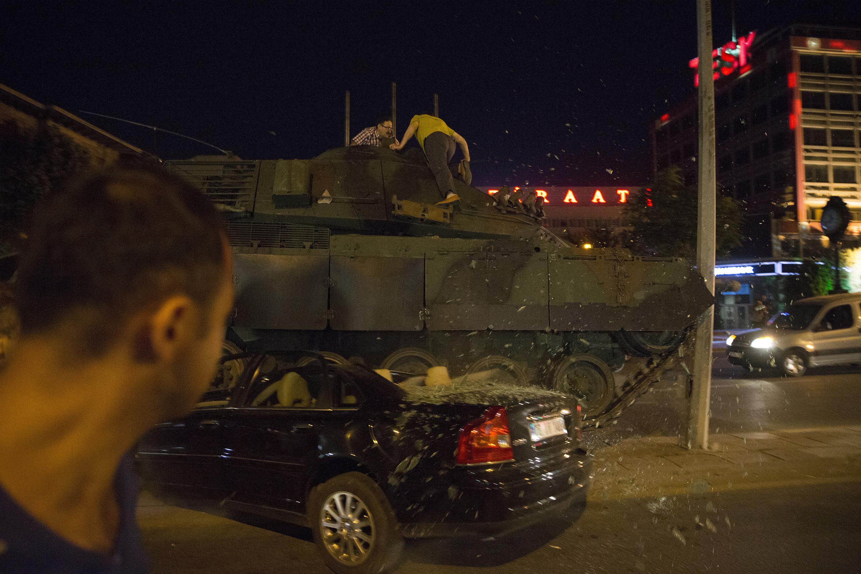 Genelkurmay'da silah sesleri duyuldu ve bir helikopterden dışarıda bulunanların üzerine ateş açıldı.