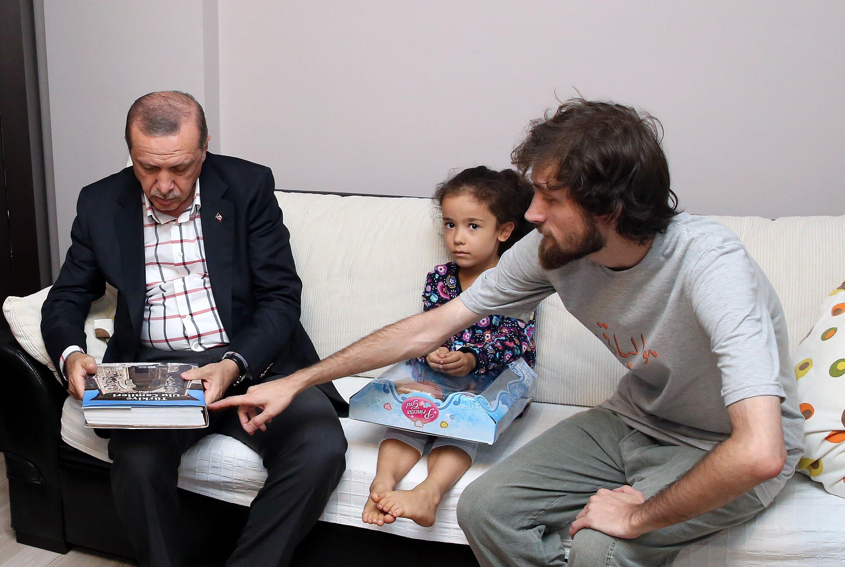 Şehit Mustafa Cambaz'ın oğlu Alparslan Cambaz da babasının 'Türkiye Ulu Camileri' kitabı hakkında Cumhurbaşkanı Erdoğan'a bilgi verdi.