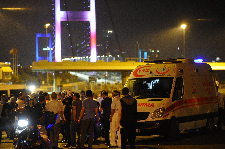 Vurulan siviller taksilerle, ambulanslarla hatta motosikletlerle hastanelere taşındı.