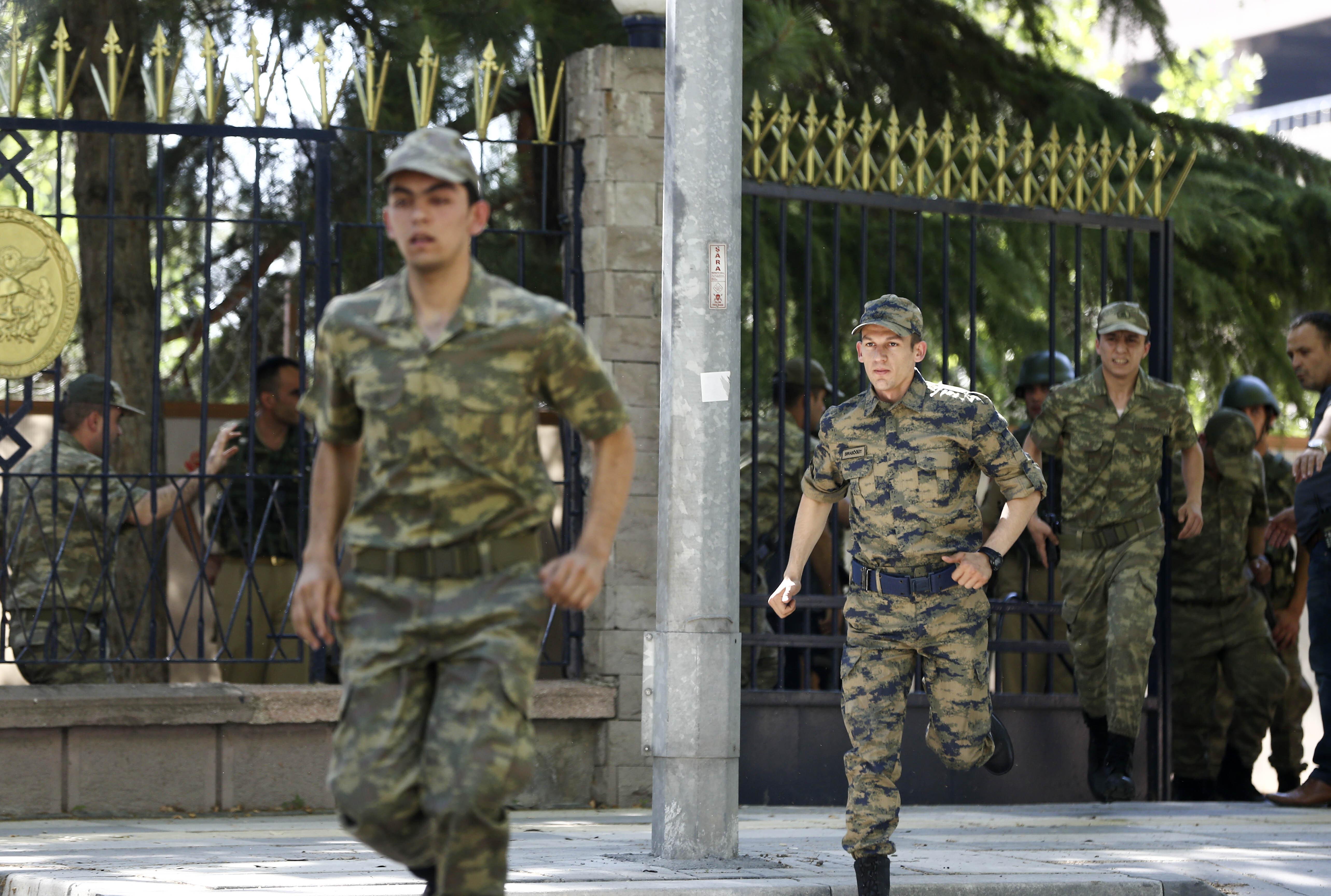 Genelkurmay Başkanlığı'ndan çıkan 200'e yakın silahsız er ve erbaş polise teslim oldu.
