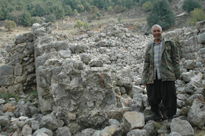 Yeşilova Mahallesinde çobanlık yapan Nihat Çoban, bir hafta önce keçileri otlattığı Tetceğiz mevkiinde mozaik taban mozaiği fark etti.