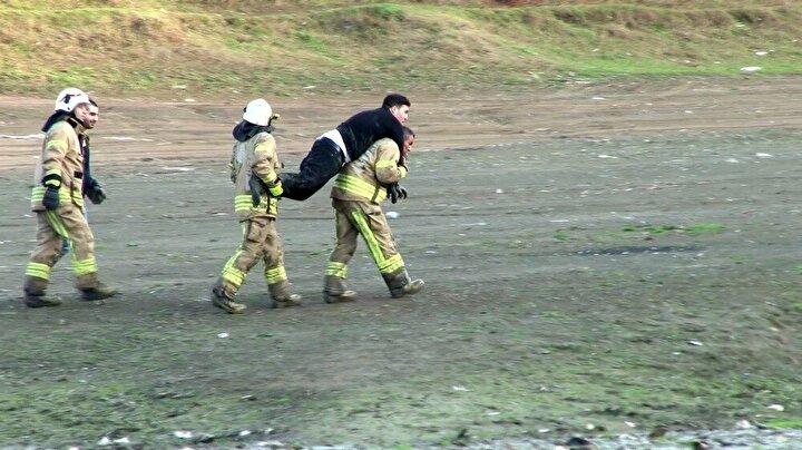 Yürüyemeyen genci itfaiyeci sırtında taşıdı  Uzun süre çamurun içinde kaldığı için yürümekte zorluk çeken Emre Yılmazı ambulansa götürmek için itfaiye ekipleri yoğun çaba harcadı. Ayakta durmakta zorlanan genci bir itfaiye eri sırtına aldı.