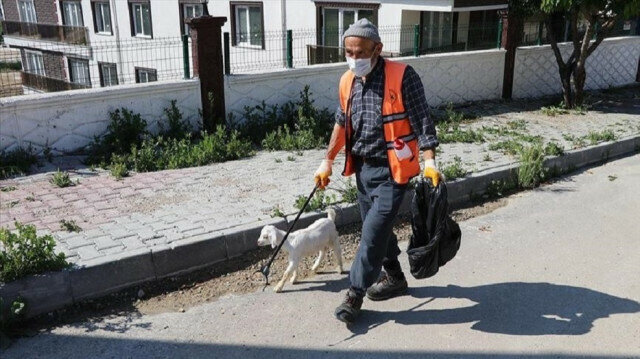 Unusual friendship between Turkish cleaner, baby goat