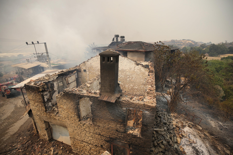 Deadly fire rages on in Turkey's Antalya, leaving hundreds homeless