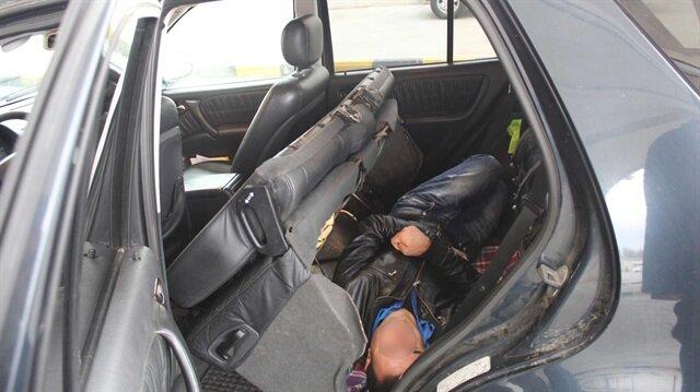 Araç koltuğunun altından 3 kaçak çıktı