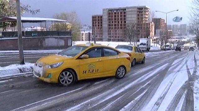 Araçlar buz pistine dönen yollarda böyle kaydı