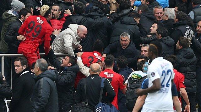 Eskişehirsporlu futbolcular tribüne daldı