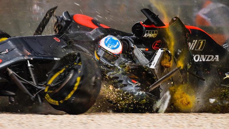 Alonso'nun kazada aracının aldığı hasar öylesine büyüktü ki otoriteler kırmızı bayrak çekip yarışı durdurmak zorunda kalmıştı.