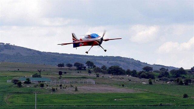 """Türk Hava Kurumunca (THK) düzenlenen """"F3A Radyo Kontrollü Model Uçak Akrobasi Türkiye Şampiyonası"""", Eskişehir'in İnönü ilçesinde yapıldı. THK Türkkuşu İnönü Havacılık Eğitim Merkezi'nde, havacılığı sevdirme ve yaygınlaştırma çalışmaları kapsamında gerçekleştirilen şampiyona, model uçakların kıyasıya yarışına sahne oldu."""