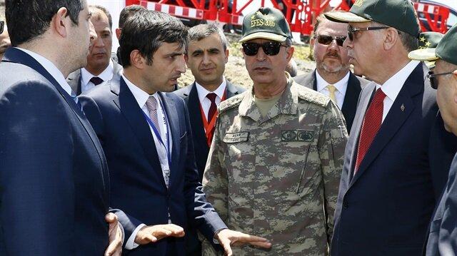 Cumhurbaşkanı Erdoğan, milli insansız hava aracı Bayraktar TB2'yi üreten Baykar Makinadan Selçuk ve Haluk Bayraktar ile bir süre sohbet etti.