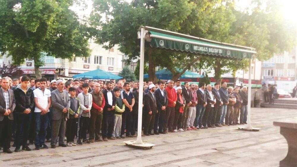 Eski milli boksör Faruk Hasetçi önderliğinde Kayseri'deki Hunat Camii'nde Muhammed Ali için gıyabi cenaze namazı kılındı. Hasetçi, efsaneye vefa borçlarını ödemek istediklerini belirterek, 'Ayrıca dostlarımız hatimler indiriyor, mevlit de okunacak' bilgisini verdi.