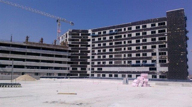 Kamu-özel iş birliğiyle 2014 yılında temeli atılan ve bin 250 yatak kapasitesi bulunacak olan Mersin Şehir Hastanesi'nin Ağustos ayında hizmete girmesi hedefleniyor.