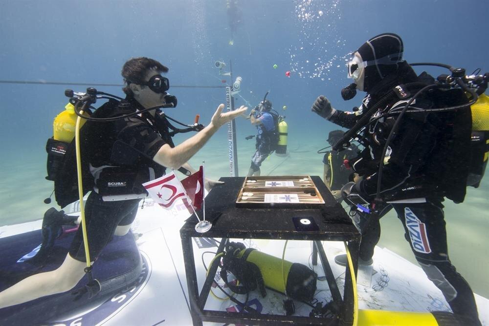 Cem Karabay su altında tavla da oynayacak.