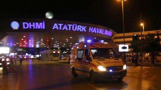 İstanbul'da Atatürk Havalimanı Dış Hatlar Terminali'nde 3 ayrı patlama meydana geldi. 3 canlı bombanın gerçekleştirdiği saldırılarda 28 kişi hayatını kaybetti, 6'sı ağır 60 kişi de yaralandı.